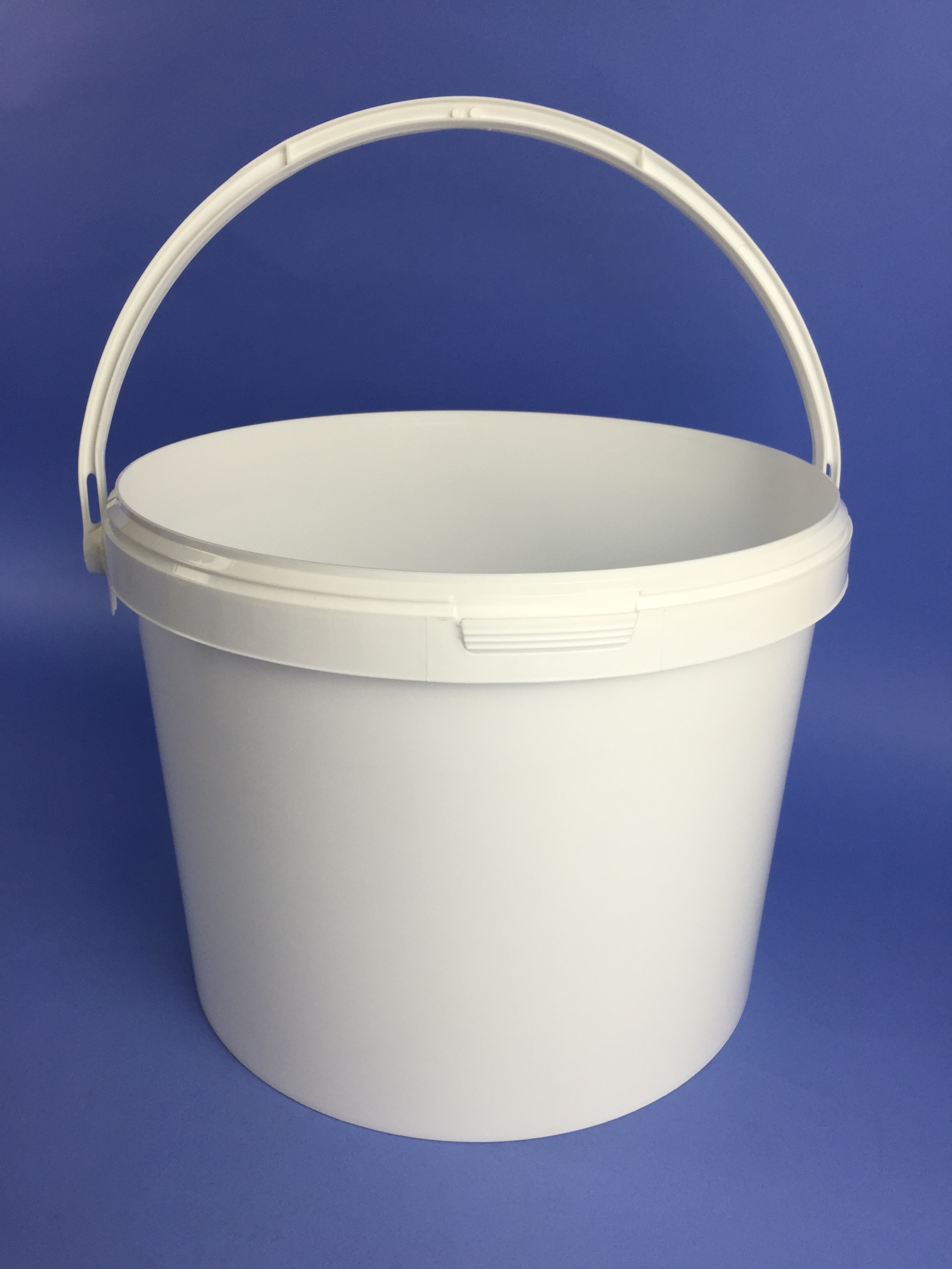 White 16 Litre Round Tapered Bucket Complete With Handle